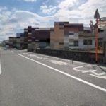 前面道路は幅員約8.3m(外観)