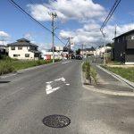 西側の道路は幅員約10.1m(周辺)