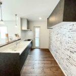 壁面収納もあり、たっぷり収納可能(キッチン)